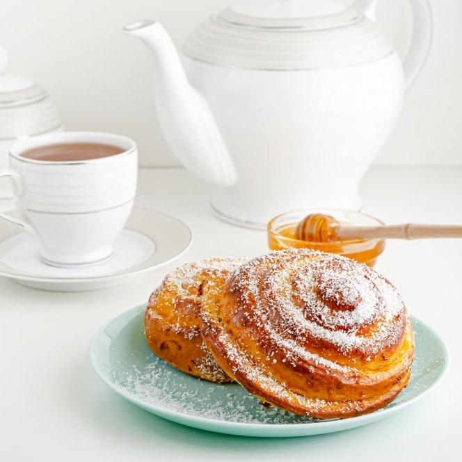 bolo sueco tradicional do fika ou de canela na tabela de cafe da manha branca imagem quadrada 106885 1866
